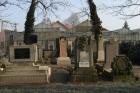 Helyreállított sírok a monori zsidó temetõben